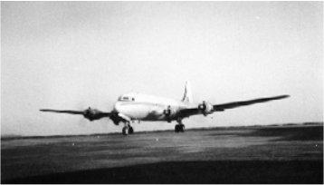 O DC6 B CR-IAH em plena aceleração para a descolagem no aeroporto de Dabolim