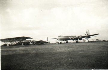 Um Vickers Viking  e um  Skymaster  DC4 da frota dos TAIP em  Dabolim