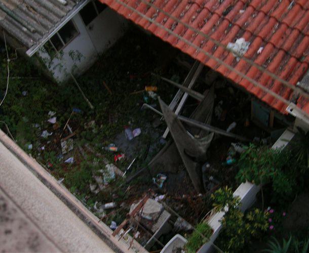 Lixo a céu aberto na Quinta da Marinha