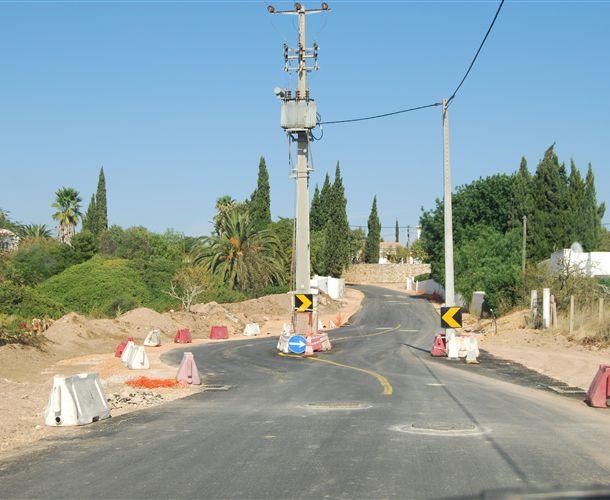 Poste de electricidade mesmo a meio da estrada