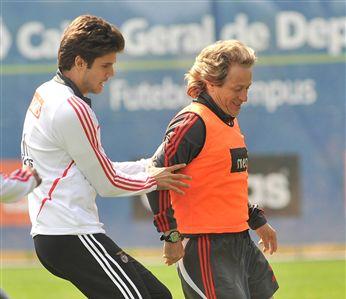 Júlio César e Jesus animados durante um treino do Benfica