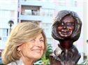 Madalena Iglésias fotografada ao lado do seu busto, esta quarta-feira, dia do seu 73º aniversário
