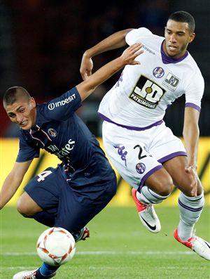 O médio defensivo Étienne Capoué (à direita) já confirmou estar a par do interesse do Benfica