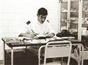 Na enfermaria, sentado a escrever um relatório. Como furriel-enfermeiro assisti a vários feridos e doentes