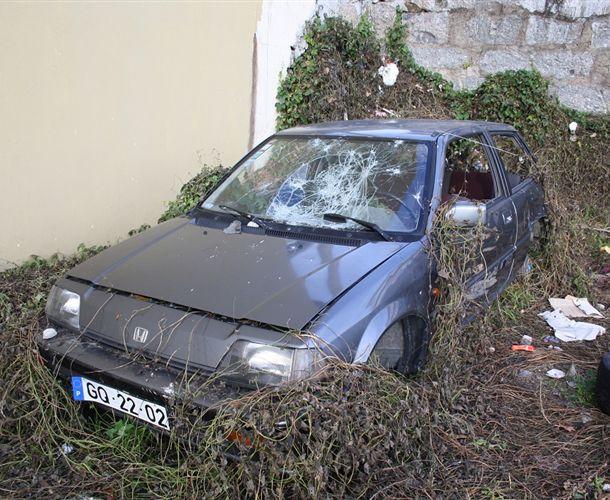 Carros abandonados no parque de uma Junta de Freguesia e vandalizados
