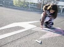 Mädchen malt mit Kreide auf die Straße – Bußgeldstrafe