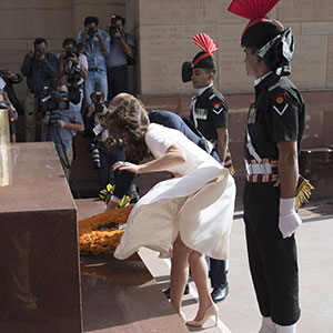 Catherine, Duchess of Cambridge and Prince William, Duke of Cambridge visit India Gate Memorial where they laid a wreath to honour the soldiers from Indian regiments who served in World War I, on April 11, 2016 in New Delhi, India.  (Samir Hussein/Getty Images)